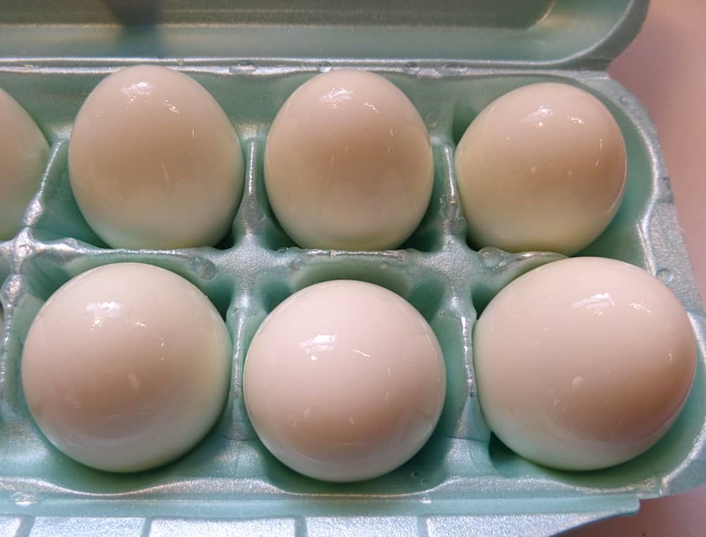 Perfectly Cooked and Peeled Hard Boiled Eggs - An Egg Experiment