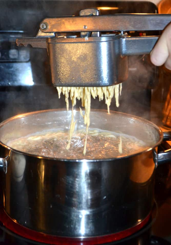 Spaetzle / Spatzle - A simple & delicious German noodle or dumpling   www.craftycookingmama.com